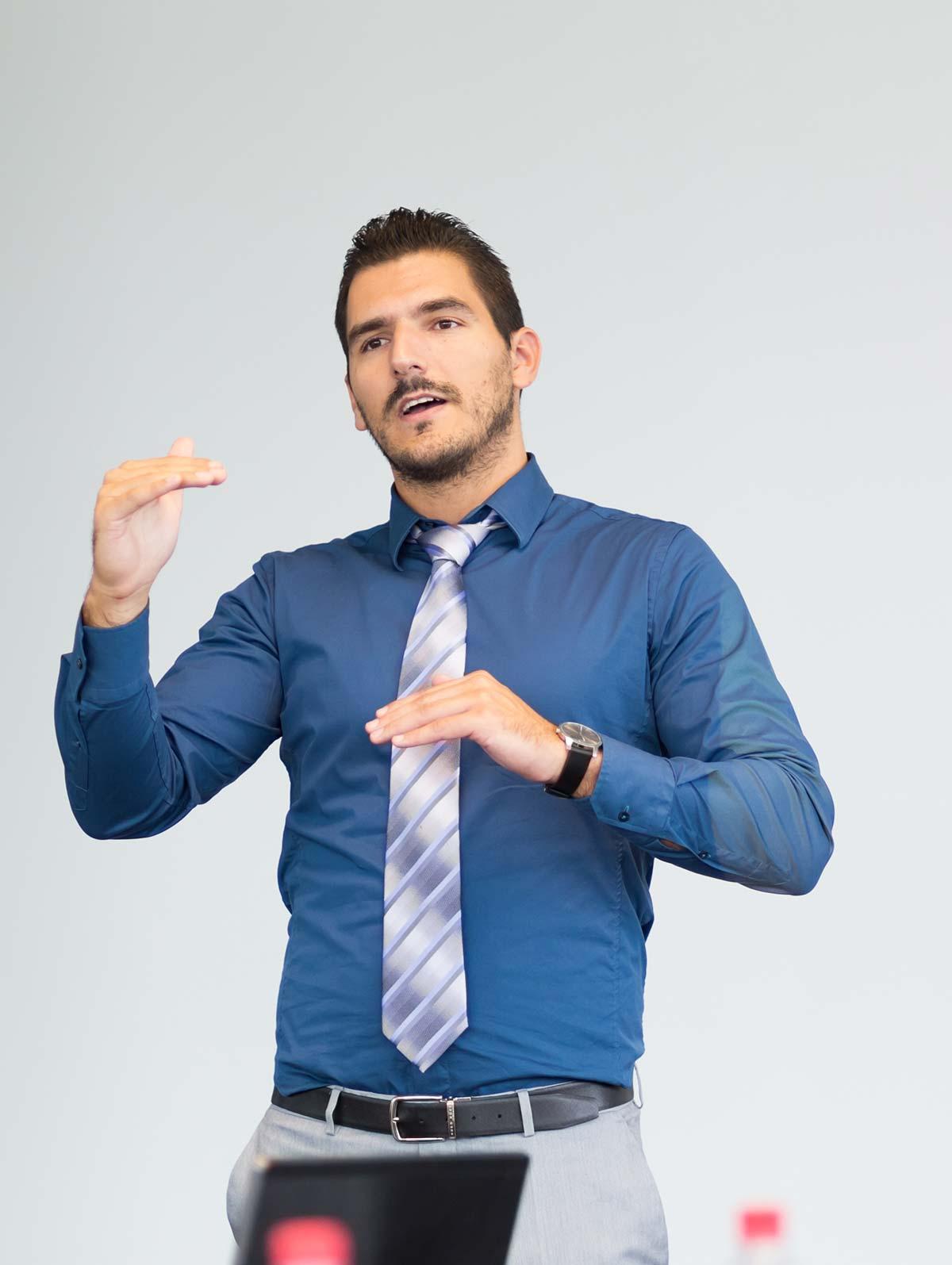 Homme d'affaires en chemise et cravate, présente des informations